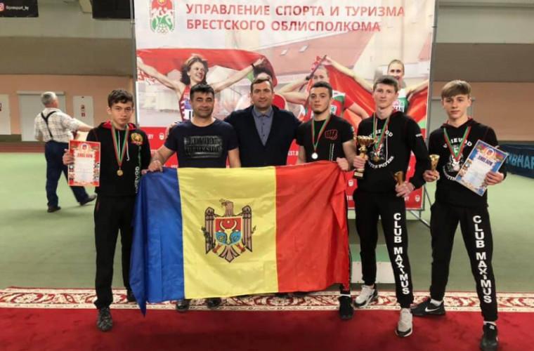 """Luptătorii """"Voievod"""" au cucerit 3 medalii de aur la o competiție în Belarus"""