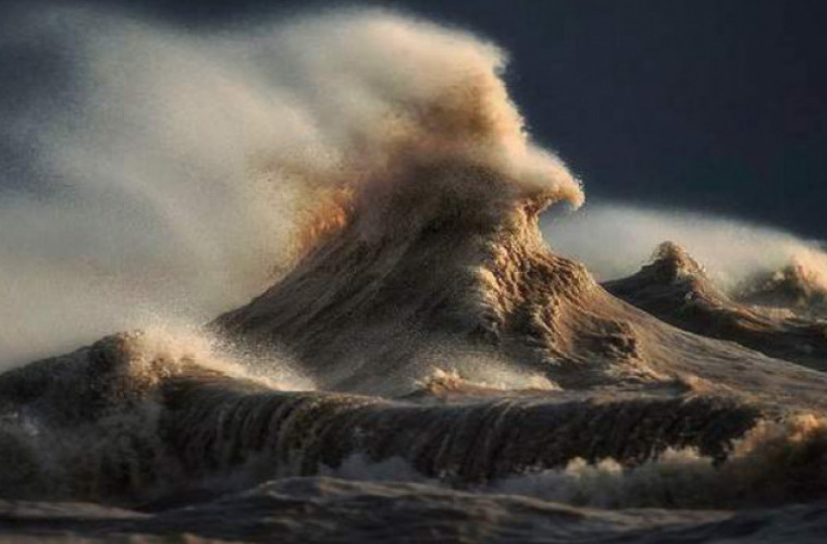 frumusetea-si-puterea-furtunii-video