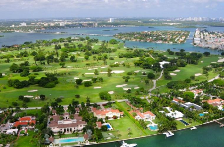 Cum arată o insulă ai cărei locuitori sînt păziţi în permanenţă