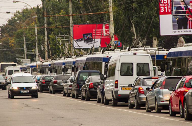 Străzile capitalei, blocate din cauza ambuteiajelor