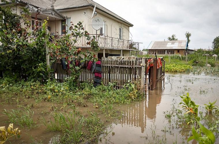 Din cauza ploilor, digul lacului din satul Dereneu a cedat (VIDEO)
