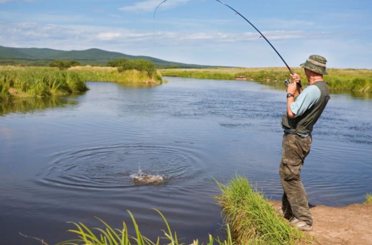 Permisul de pescuit va fi obţinut mai uşor: Detalii