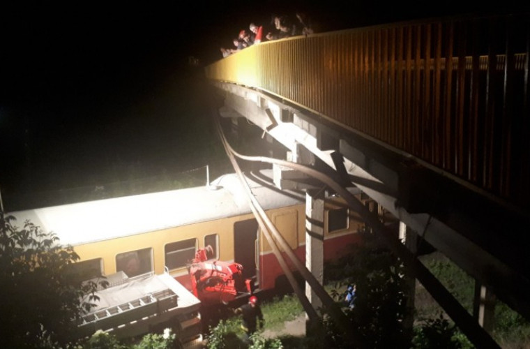 Tren Bălți-Ocnița, oprit după ce mai multe cabluri electrice au căzut peste el (VIDEO)