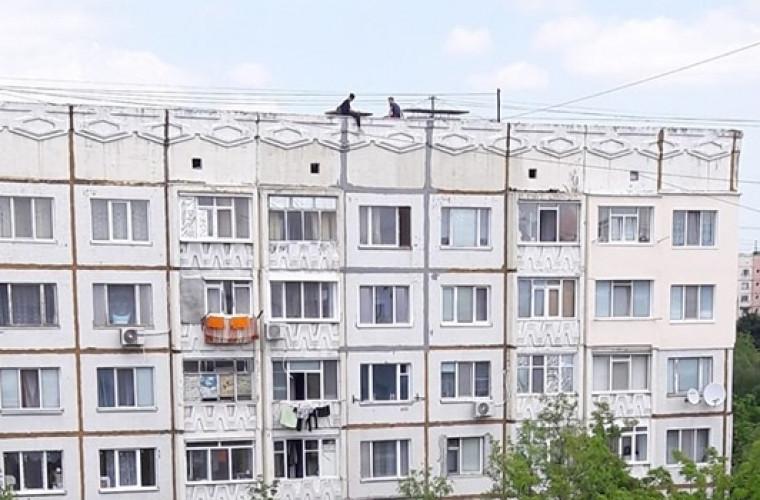 Doi minori au fost văzuți pe acoperișul unei case