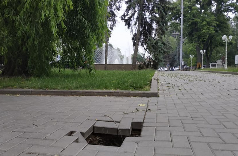 Centrul Chisinau: pămîntul fuge de sub picioare (FOTO)