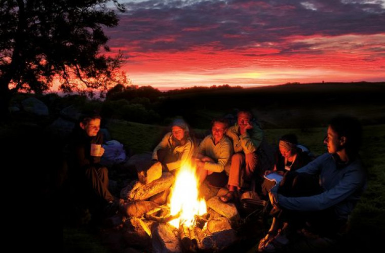 """Ia-ți gașca și hai să întâmpinăm zorii la concursul de """"Muzică nocturnă de tabără și camping"""". Vezi cine va cânta"""
