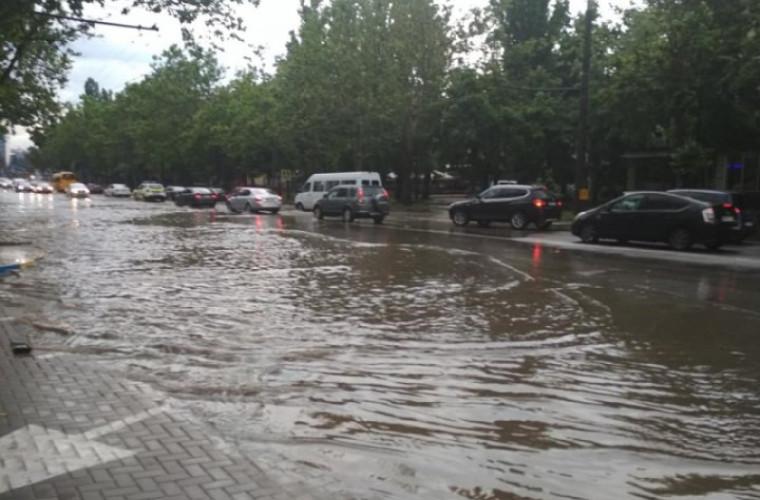 Maşini înghiţite de apă în capitală (VIDEO)