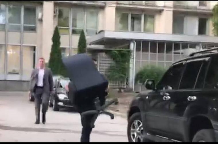 Opinie: Funcționarul moldovean care fuge cu un scaun va rămîne în istorie