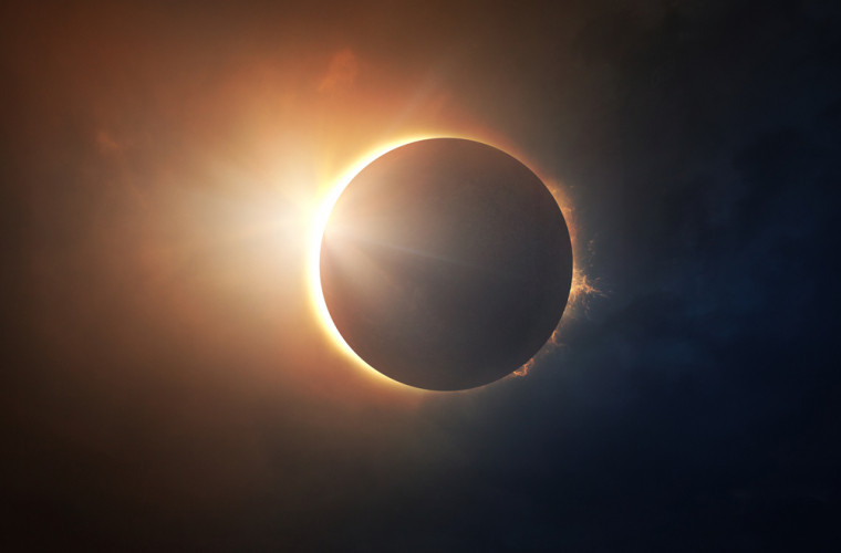 Cei din emisfera sudică vor vedea o eclipsă de Soare rară. Va fi de culoarea chihlimbarului!