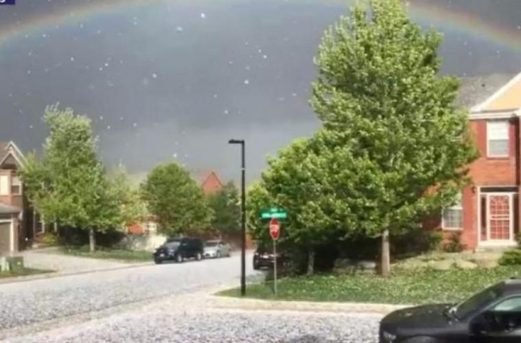Ploaie cu grindină, soare și curcubeu, filmate în același moment (VIDEO)