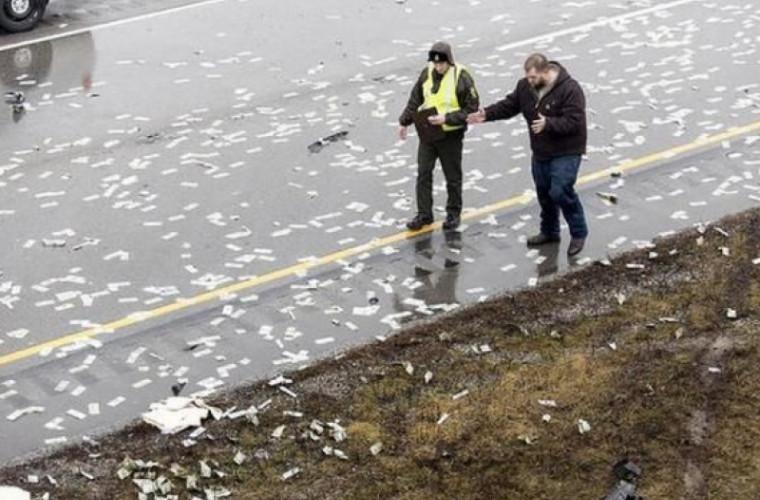 175.000 de dolari au fost împrăștiați pe o şosea (VIDEO)