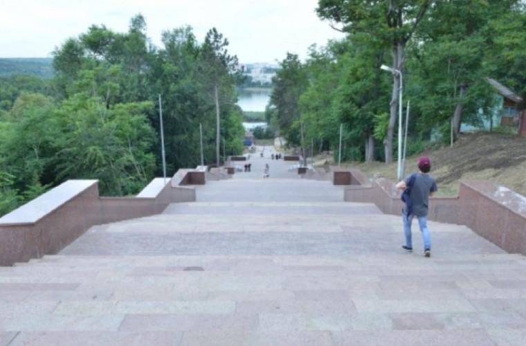 Lucrările de reabilitare a scării de granit din parcul Valea Morilor, pe final