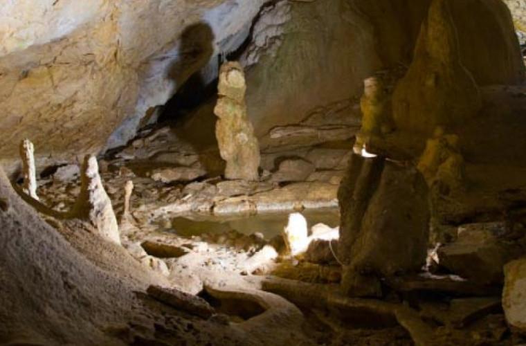 Doi bărbați blocați într-o peșteră, salvaţi de către 80 de pompieri