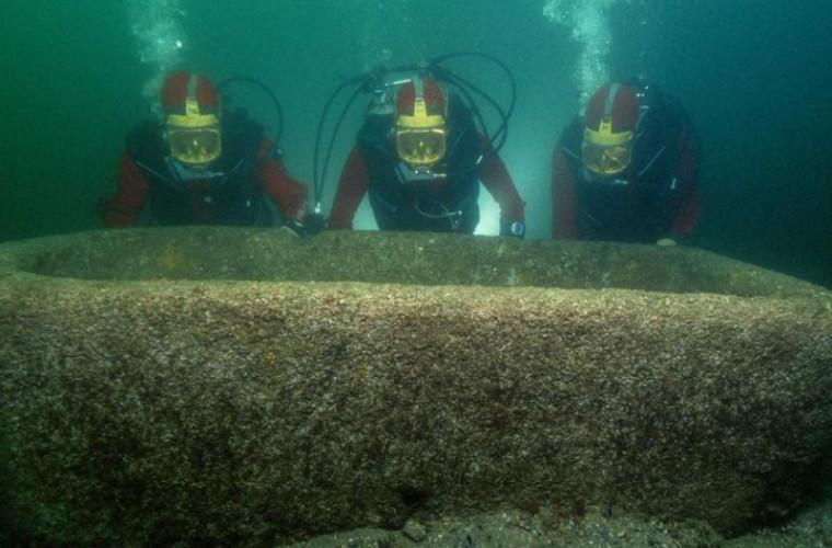 Arheologii subacvatici au descoperit un vechi templu cu comori