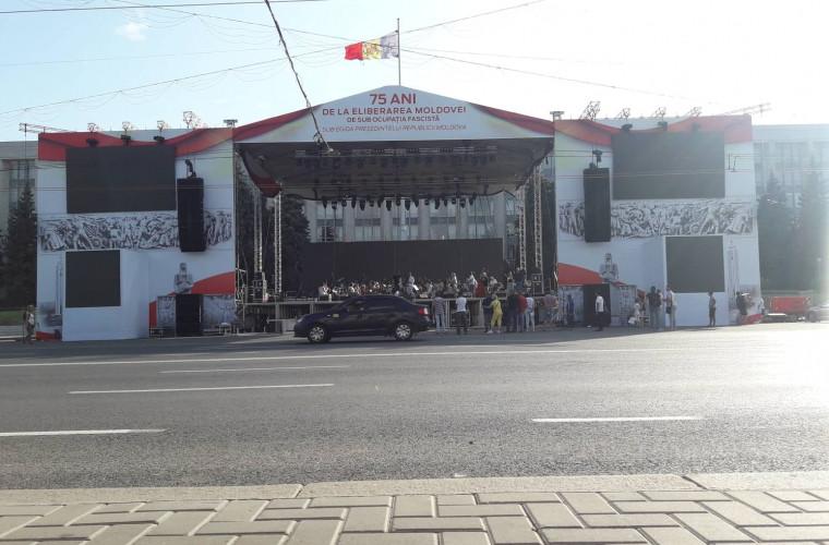 A fost instalată scena pentru concertul din 24 august (FOTO)