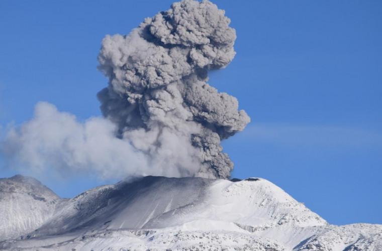 iz-kratera-vulkana-ubinas-v-peru-vyrvalsya-stolb-pepla-vysotoj-v-kilometr-video