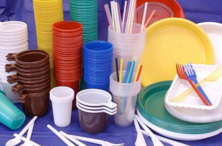 Parlamentul introduce sancțiuni pentru utilizarea și comercializarea pungilor și veselei din plastic