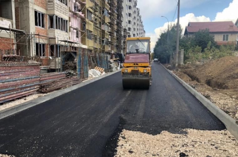 Un drum care unește sectorul Buiucani de orășelul Durlești este reparat