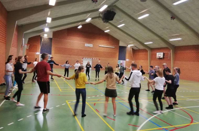 """Voluntarii """"Voievod"""" i-au învățat pe danezi să joace pe ritmuri moldovenești (FOTO)"""