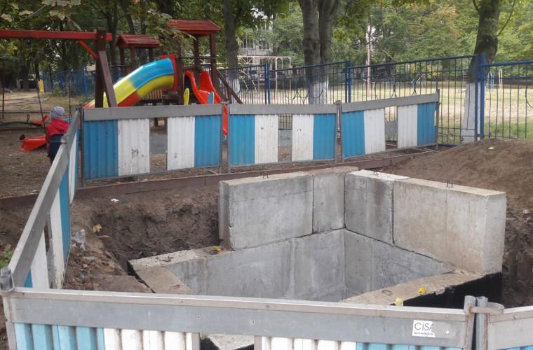 """Haos și dezordine în curțile unor blocuri, după intervenția muncitorilor de la """"Apă-Canal"""" (FOTO)"""