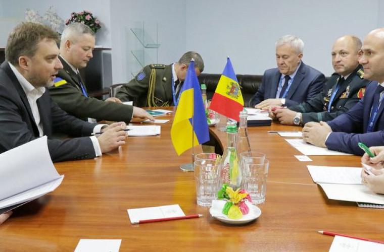 Miniștrii Apărării din Moldova și Ucraina au discutat despre cooperarea militară