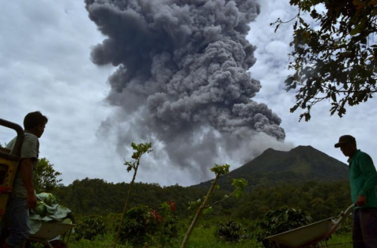 Alertă în Indonezia. Un vulcan uriaş a început să erupă!