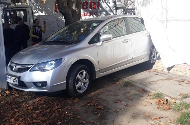 O șoferiță a ajuns cu mașina într-un magazin din Chișinău: A încurcat pedalele (FOTO)