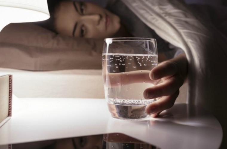 Ce se întîmplă în corpul persoanelor care beau apă noaptea