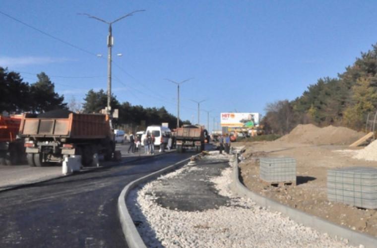 În sectorul Rîșcani la intersecția a două străzi se lucrează la o bandă de încadrare