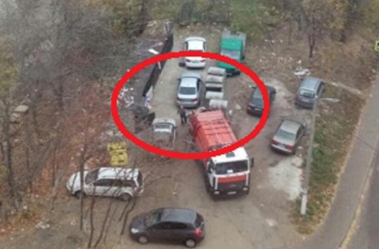 """Un șofer a primit o lecție """"dură"""" de la angajații serviciului de salubritate (FOTO)"""