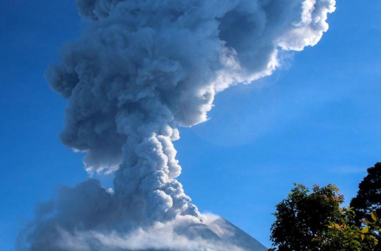 Cel mai activ dintre vulcani a început să erupă în Indonezia