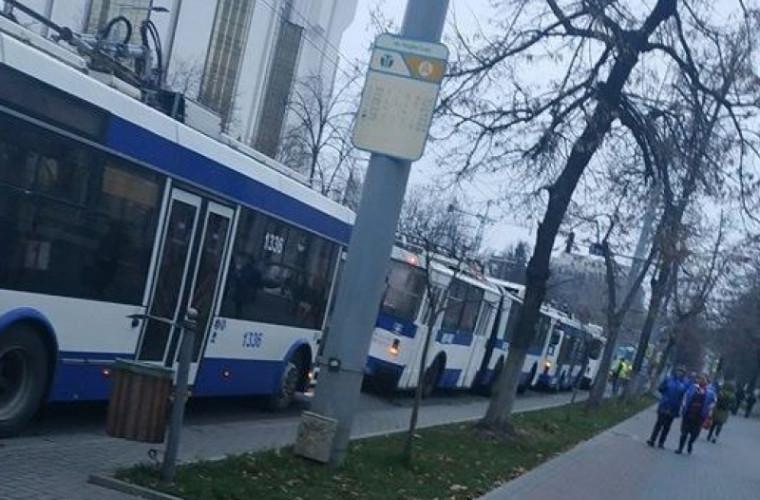 Centrul Capitalei, blocat: Troleibuzele stau pe loc