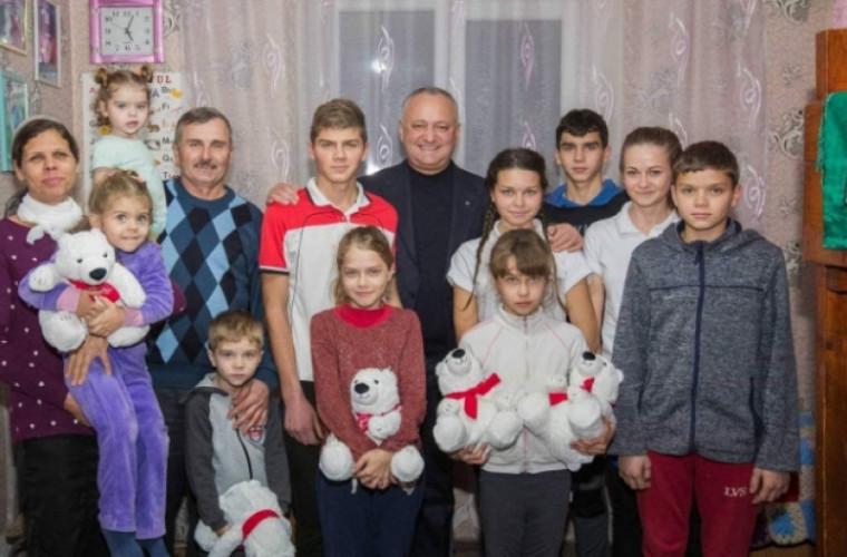 Familia cu 11 copii care au vîndut vaca din cauza datoriilor, vizitată de Dodon