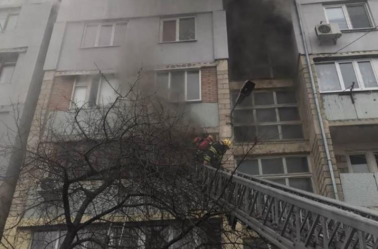 Incendiu într-un apartament din Chișinău: Un minor, salvat pe ultima sută de metri (FOTO)
