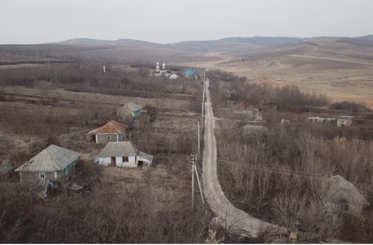 Un sat din Moldova cu un călugăr și doi enoriași