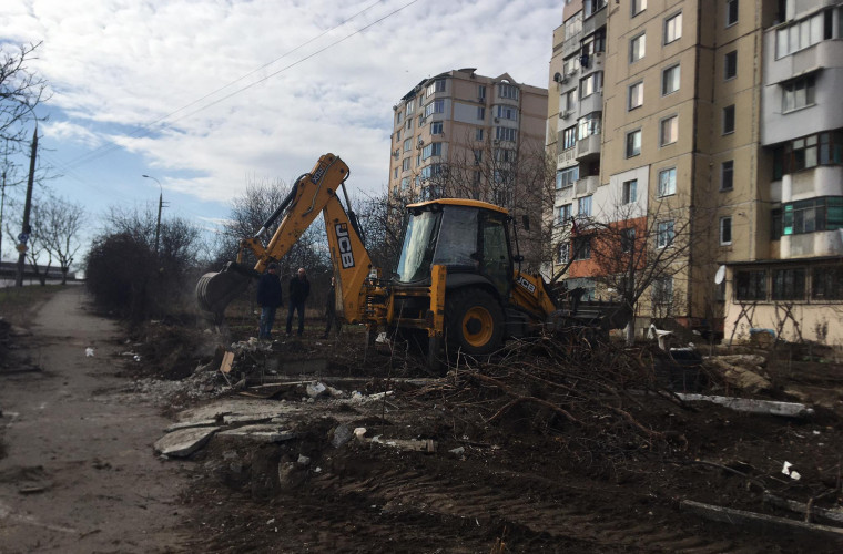 """""""Curățarea"""" continuă. Ogrăzile improvizate din strada V.Crucii au fost dărîmate (FOTO)"""