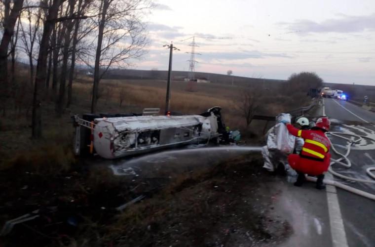 O cisternă încărcată cu benzină s-a răsturnat. Pompierii la fața locului