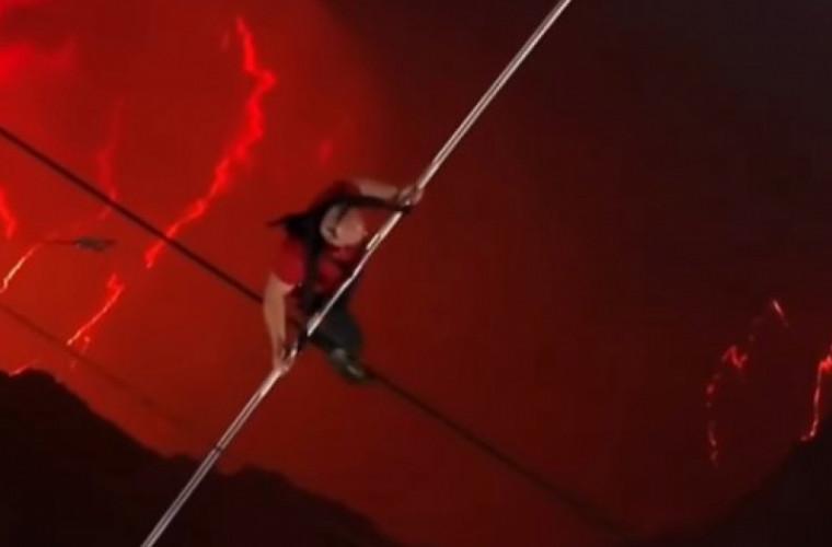 un-acrobat-a-mers-pe-un-cablu-deasupra-unui-vulcan