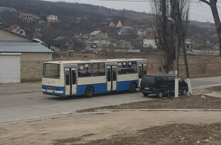 Locuitorii comunei Grătiești călătoresc în autobuze periculoase (VIDEO)