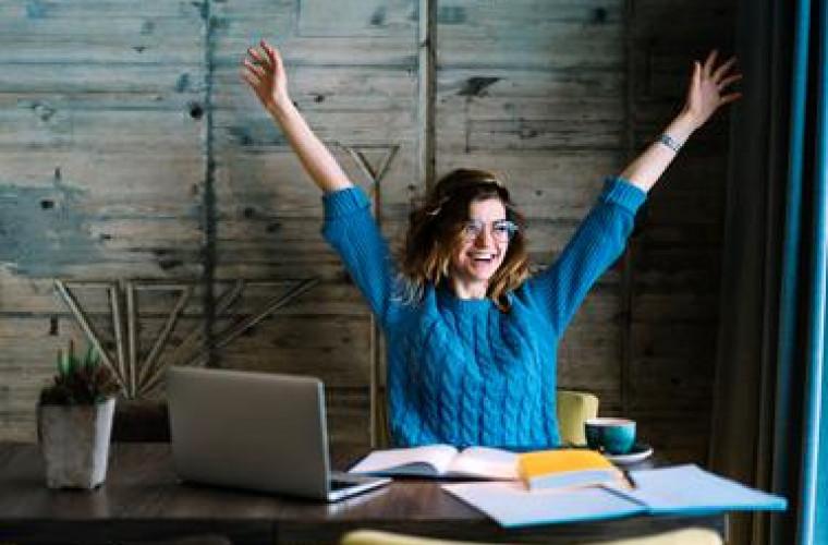 curs-online-de-fericire-universitatea-yale-a-pus-la-dispozitia-tuturor-cea-mai-populara-prelegere-din-istoria-sa
