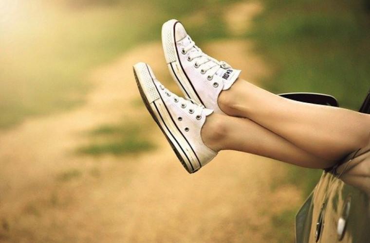 poate-coronavirusul-sa-reziste-pe-talpile-pantofilor