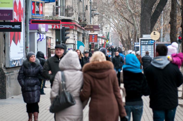 mai-multi-oameni-se-plimba-prin-oras-in-plina-pandemie