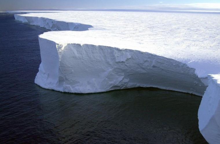 in-antarctica-a-inceput-sa-se-distruga-cel-mai-mare-aisberg-a-68