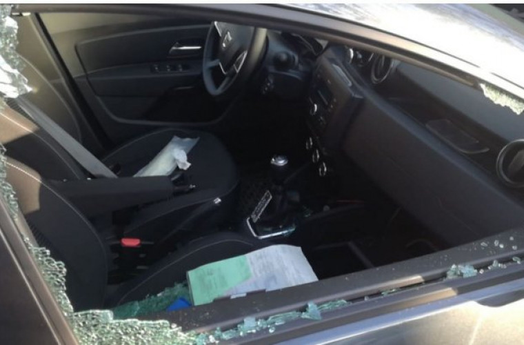 Tînăr de 20 de ani, care spărgea geamurile maşinilor în timpul nopţii, reținut