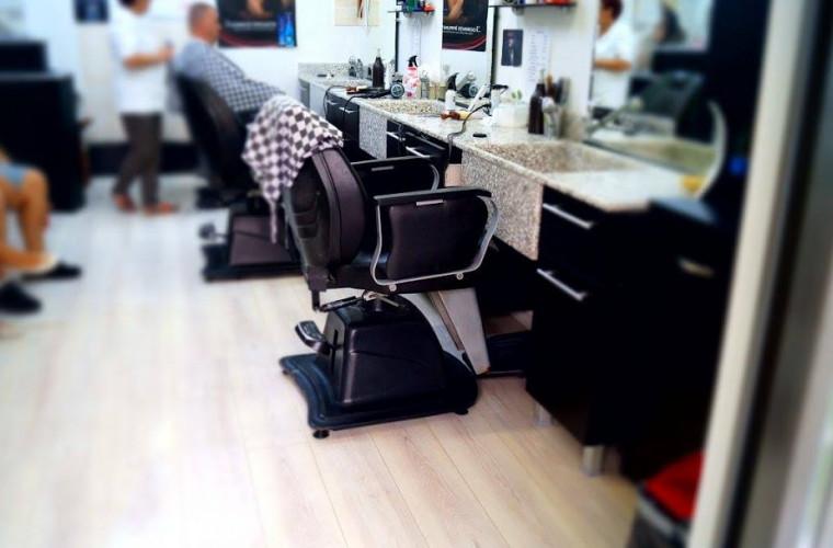 un-barbat-a-lasat-5-800-de-dolari-bacsis-la-o-frizerie