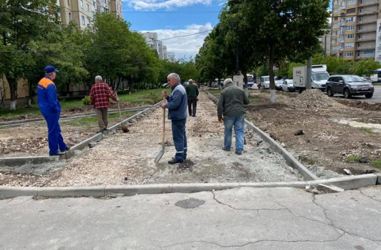 Trotuarul de pe str. Alba Iulia, în reparație. Cînd se vor încheia lucrările