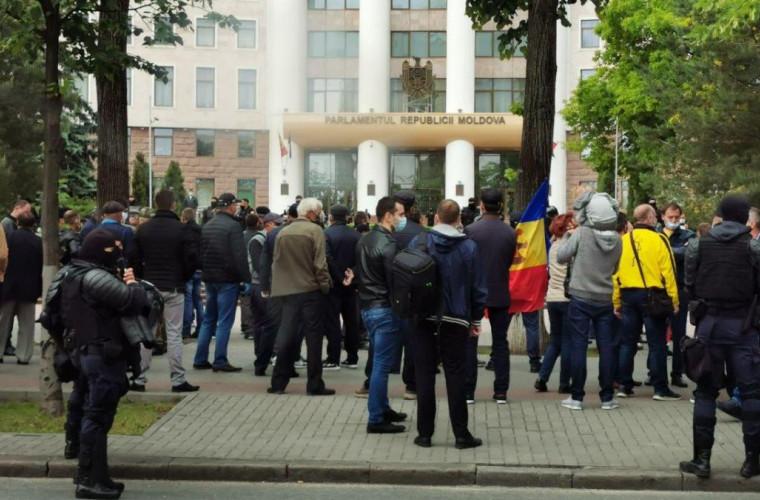 protest-veteranov-v-stolice-pereros-v-stolknoveniya-s-policiej
