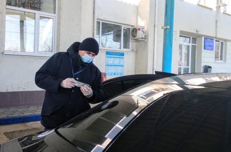 Un şofer a încercat să scoată din ţară două permise de conducere româneşti false