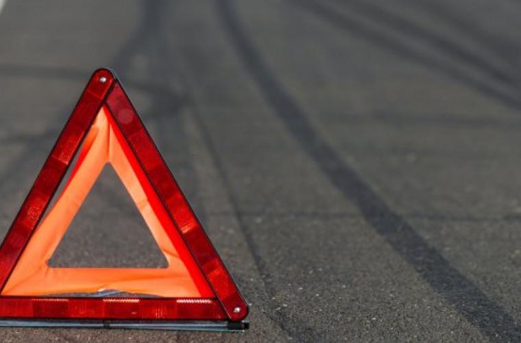accident-neobisnuit-un-tractor-s-a-rasturnat-pe-marginea-unui-drum-video