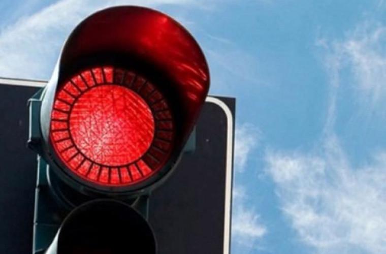 Un autobuz de rută, filmat cum trece la culoarea roșie a semaforului (FOTO/VIDEO)
